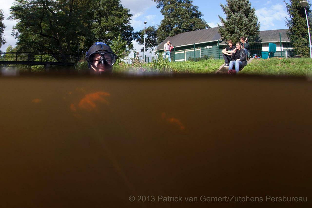 Duikers van Duiken in Zutphen zijn in de Berkel ter hoogte van de IJsbaan op zoek naar de mobiele telefoon van de vermoorde Miranda Fukkink.