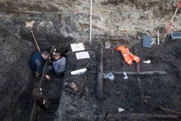 Bij archeologisch onderzoek op het Broederenkerkplein zijn de restanten van een oud schip en de oude bestrating van de Apenstert gevonden.