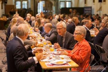 Prinsjesdagontbijt in de Zutphense Burgerzaal. Professor Heertje spreekt de 150 ontbijtgasten toe.