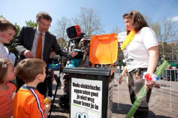 Wethouder van milieu van de gemeente Deventer, Jos Pierey, heeft op Koninginnedag het startsein gegeven voor de regionale campagne van de inzameling van E-goed.
