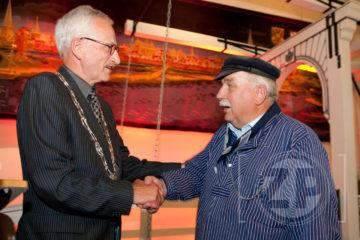 De fluisterbootschippers hebben dit jaar de Zilveren Haring gekregen. Arnold Gerritsen reikte de prijs uit tijdens de Zutphense Haringparty op 8 juni. Ieder jaar gaat de prijs naar een bedrijf, persoon of organisatie die zich bijzonder verdienstelijk heeft gemaakt voor Zutphen en Zutphen daar mee op de kaart heeft gezet.