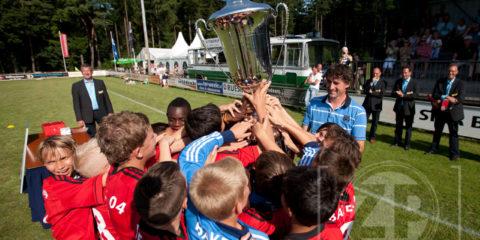Bayer 04 Leverkusen heeft voor de 5e keer op rij het Wim Kuijpertoernooi in Vorden gewonnen. In de finale waren de Duitsers te sterk voor PSV en wonnen met 3-0. Fotograaf Patrick van Gemert was zondag op het toernooi om de wedstrijden in beeld te brengen.