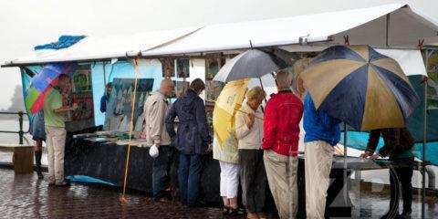 Verzin een origineel bijschrift bij deze foto! Patrick van Gemert maakte deze foto van de kunstmarkt op de IJsselkade in Zutphen afgelopen zondag.
