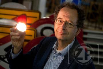 E-goed. Wethouder Thijs De La Court met de led lamp.
