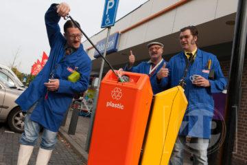 Promotiecampagne van Berkelmilieu voor de gescheiden inzamelbakken in Zelhem. De congiërges gaan de markt op met hun afvalbingo.