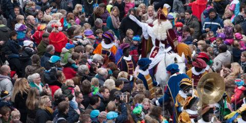 Vanmorgen kwam Sinterklaas aan in Zutphen. Rond tien uur meerde de boot aan de IJsselkade aan. Patrick van Gemert zat eerste rang in de Marspoortstraat om het feest te fotograferen.