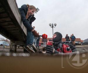 Duiker Niels Spiegelenberg van Duiken in Zutphen heeft de verloren trompet teruggevonden in het haventje van Almen. Joya de Boer interviewd hem voor SBS vanaf de kade.