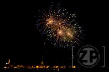 Vuurwerk boven Zutphen tijdens de jaarlijkse kermis. Het blijft altijd een mooi gezicht vanaf de IJsselkade als aan de overkant het vuurwerk afgestoken wordt. Patrick van Gemert koos natuurlijk weer voor een ander standpunt: de skyline van Zutphen.