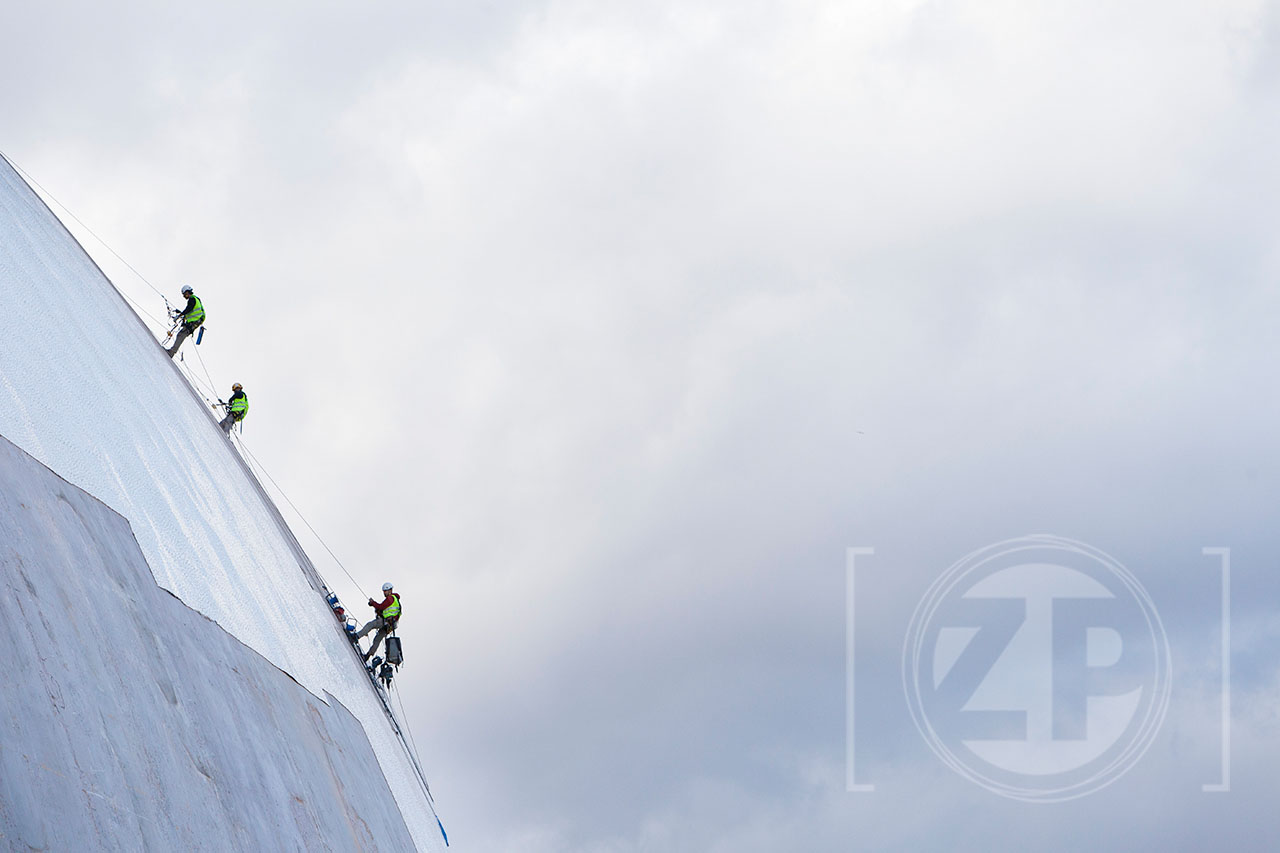 Bouwvakkers aan het werk langs het dak van het Palau de les Arts. Valencia
