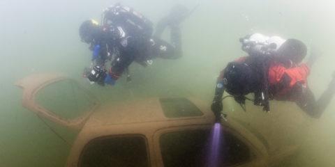 De Zutphense duikverenigingen hebben de handen ineen geslagen voor het beheer van het water van Bronsbergen. Duikers de objecten die in het gat liggen in kaart.