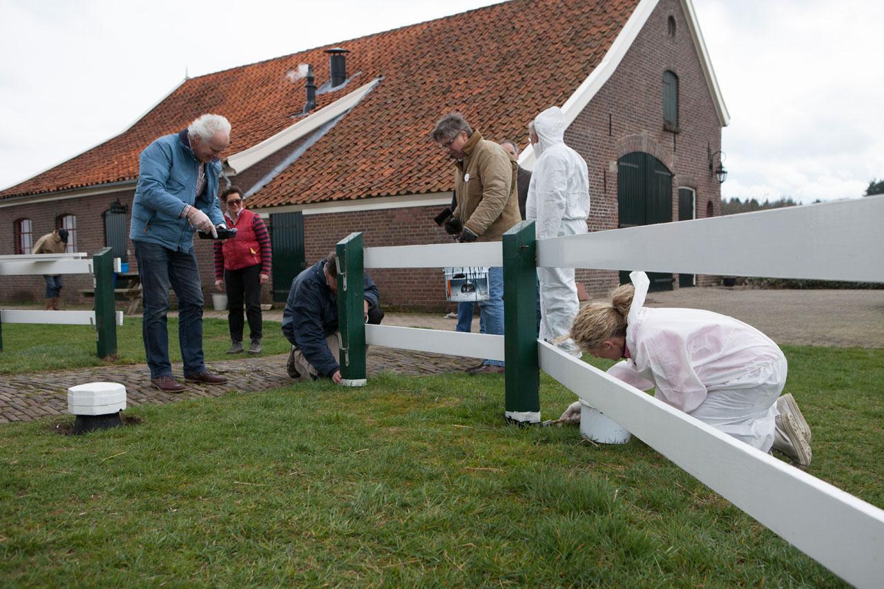 Leden van Rotaryclub Zutphen klussen bij de Warkense Molen ter gelegenheid van NLdoet.