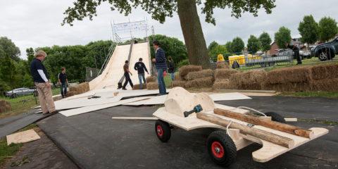 Leden van de Juniorkamer bouwen de zeepkistbaan voor de race van zaterdag.