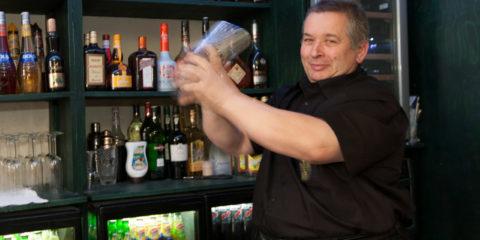 Anton Menkveld achter de bar van zijn nieuwe cocktailbar Mixxim.