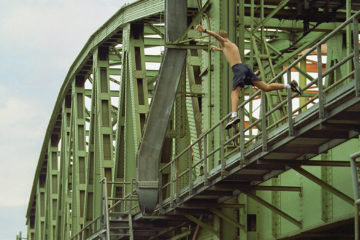 PVG.990809.05 Zutphen- Een jonge waaghals springt met ware doodsverachting ven de oude IJsselbrug..Foto: Patrick van Gemert.ZB1 10-08-99