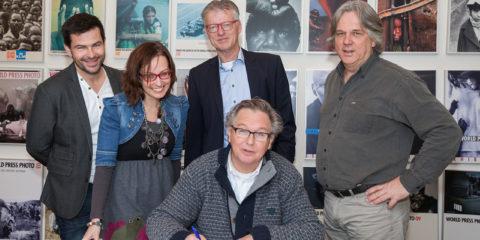 Ondertekening van het contract met World Press Photo door Stichting Zutphen Doen! V.l.n.r. Patrick van Gemert, Fiona van Gemert-de Heus, Hans van Geffen, Arjen Woudenberg. Voorzitter Peter Meulenbroek zet de handtekening onder de overeenkomst.