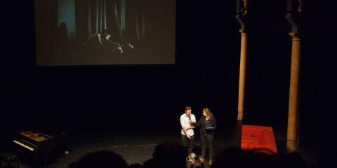 Jury presentatie van de World Press Photo 2014. Winnaar Mads Nissen in gesprek met Sacha de Boer.