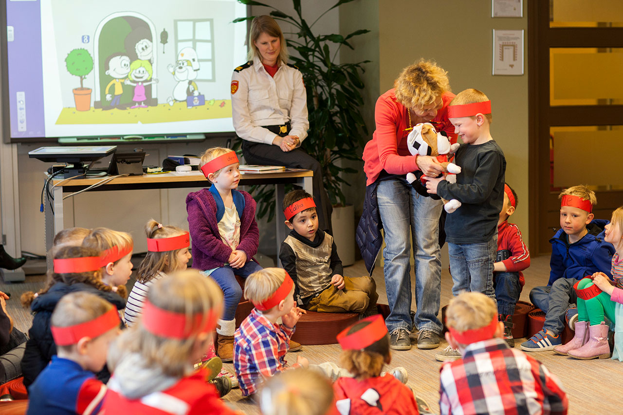 Smokey is de nieuwe brandweerknuffelhond. Leerlingen van de Jan Ligthartschool uit Zutphen (vier tot en met zes jaar) krijgen als eerste uitleg van de brandweer in de Zutphense brandweerkazerne en nemen Smokey mee. De knuffelhond gaat bij ieder kind een paar dagen logeren. Bij de knuffel hoort een voorlichtingspakket over brandpreventie, rookmelders etc met oa voorleesboek. Joel krijgt Smokey als eerste te logeren.