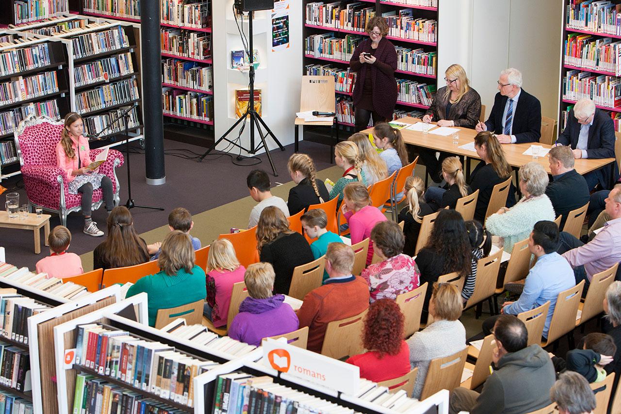Achterhoekse voorleeskampioenen uit groep 7 of 8 lazen zaterdag in de Warnsveldse bibliotheek ieder een fragment voor uit hun favoriete boek. Op de foto staat de voorleeskampioen van Zutphen en Warnsveld Sterre Koning.