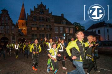 ROPARUN, doorkomst van de Zutphense teams in Zutphen. Team Zutphen 204 loopt de Zaadmarkt op. ©Patrick van Gemert