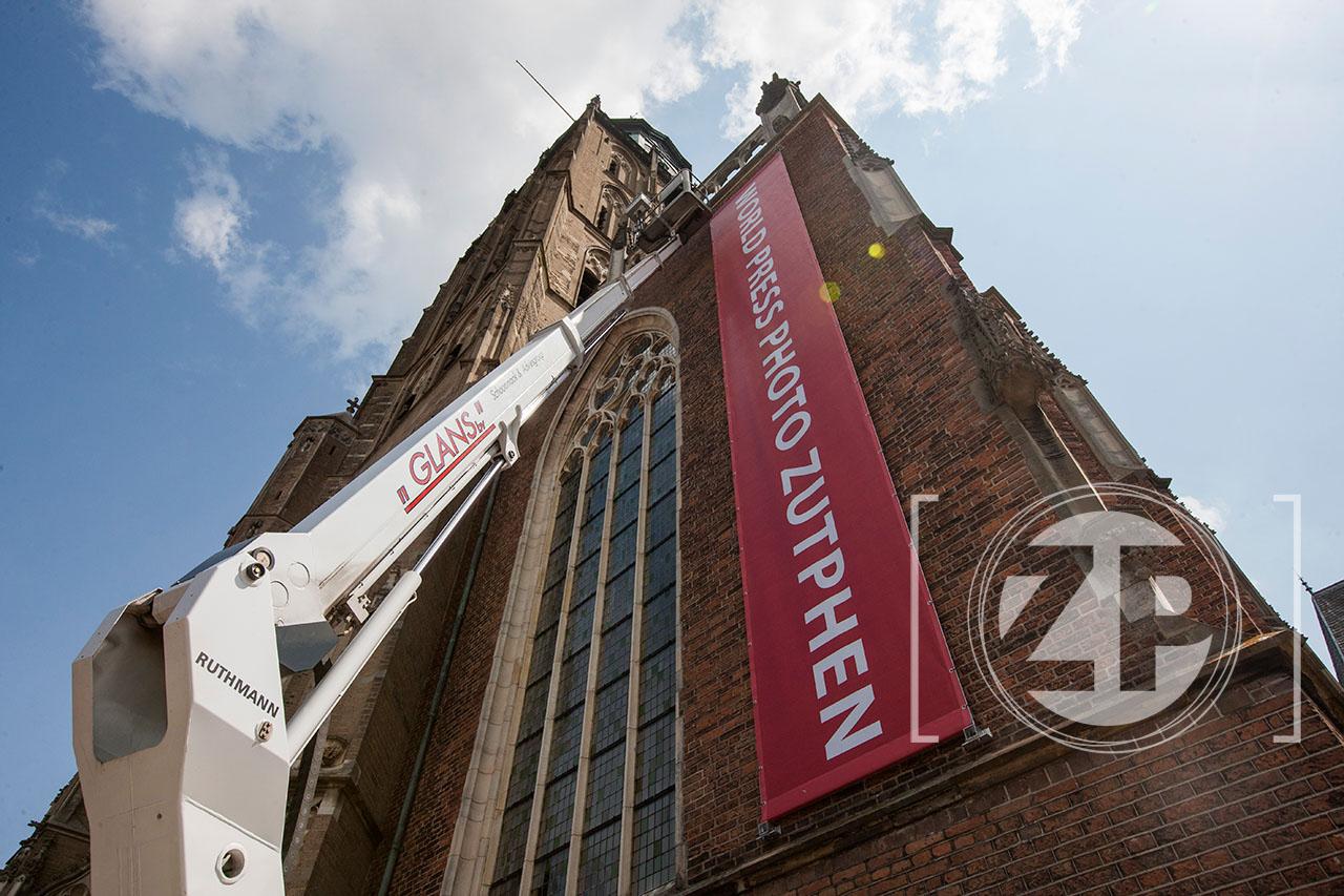 Maandag is ter gelegenheid van de komende World Press Photo tentoonstelling een 13 meter hoge banier opgehangen aan de Walburgiskerk. ©Patrick van Gemert