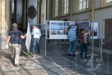 Maandag is begonnen met de opbouw van de World Press Photo tentoonstelling in de Walburgiskerk. De expositie gaat 8 juli open voor publiek en is tot 28 juli te bezoeken. ©Patrick van Gemert