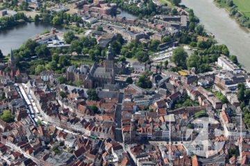 Luchtfoto van Zutphen, overzicht van de binnenstad met de Walburgiskerk in het centrum. ©Patrick van Gemert