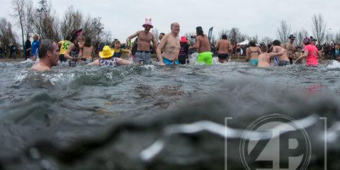 Nieuwjaarsduik bij Bronsbergen, de Rotaryclub organiseerde voor de tweede keer een spetterend evenement.