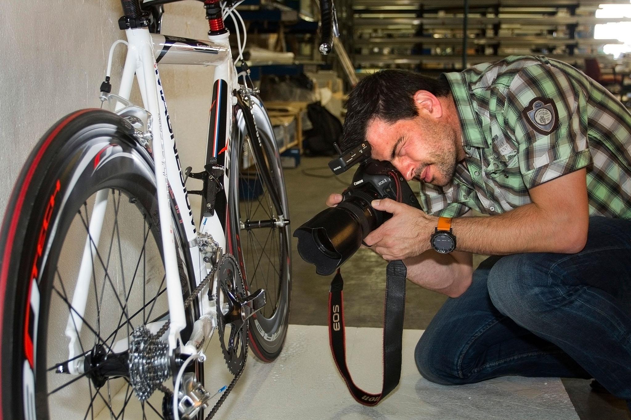 Ondernemerscafé Patrick van Gemert aan het werk voor Segal bikes FOTO ARJAN GOTINK