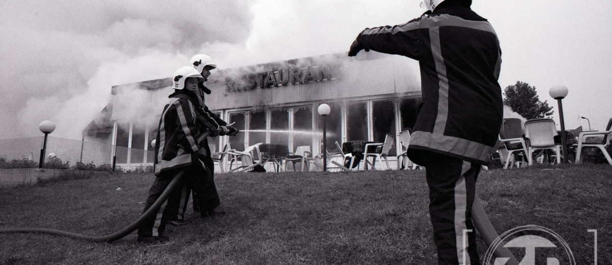 Grote brand in het IJsselpaviljoen te Zutphen in 1997. Negatief, scanner, Zwartwit, Archieffoto.