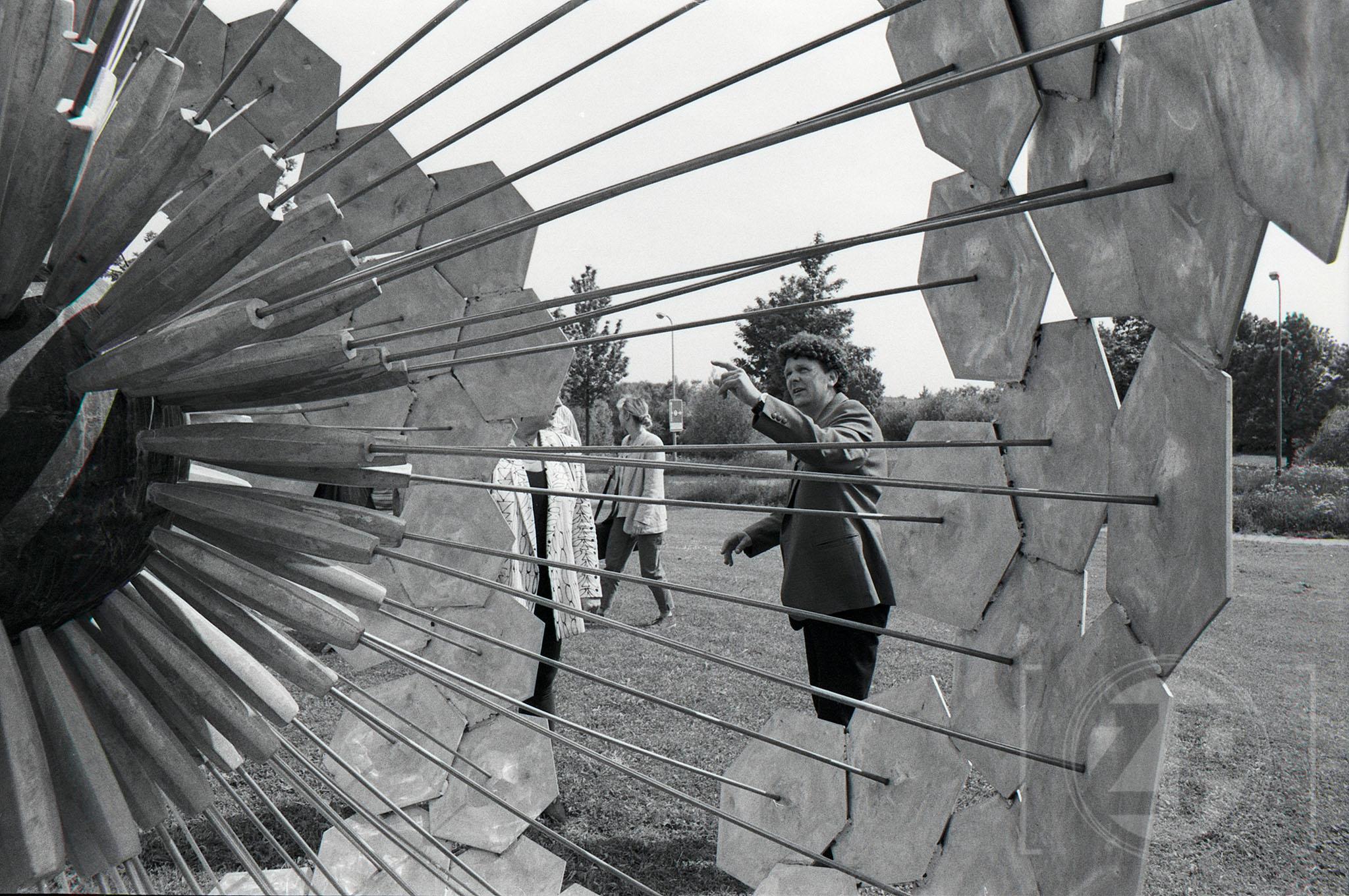 Onthulling van het kunstwerk Parelbloem aan de Harenbergweg in Zutphen door kunstenaar Hans Rikken.