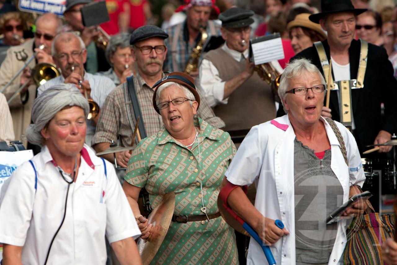 Afgelopen zaterdag was het één groot feest in de Zutphense binnenstad. Twintig dweilorkesten hadden Zutphen weer gevonden voor de jaarlijkse De Bos Dweildag. Het organiserende dweilorkest 't Spult dweilde zaterdag voor het eerst in hun nieuwe outfit tussen het winkelende publiek. Aan het einde van de dag kwamen alle orkesten in optocht samen op de Groenmarkt, waar ze gezamenlijk nog twee nummers ten gehore brachten.