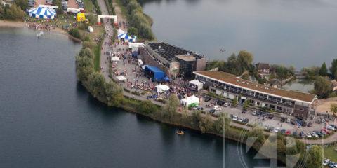 Fotograaf Patrick van Gemert was afgelopen weekend onder andere op pad om het festival Live at the Brons te fotograferen. Om een mooi overzicht van het festivalterrein te krijgen mocht hij meevliegen met de helikopter van Rotary Wings.