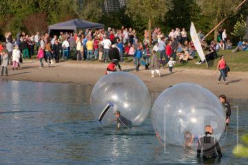 Verzin een origineel bijschrift bij deze foto! Patrick van Gemert maakte deze foto van de aquaballen op het festival Live at the Brons in Zutphen afgelopen zondag.
