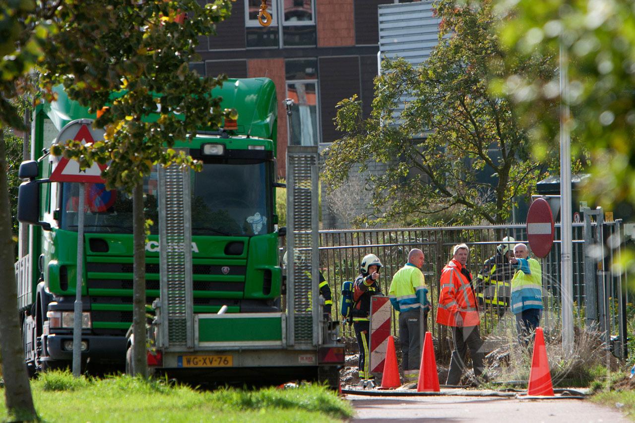 Bij werkzaamheden aan de Ooyerhoekseweg in Zutphen is dinsdagmiddag ter hoogte van het oude Gelre Ziekenhuis een hoofdgasleiding geraakt, waardoor een forse lekkage ontstond. De brandweer spoot water over het lek om zo verspreiding van het gas te voorkomen. Fotograaf Patrick van Gemert bleef op veilige afstand om een foto te maken.