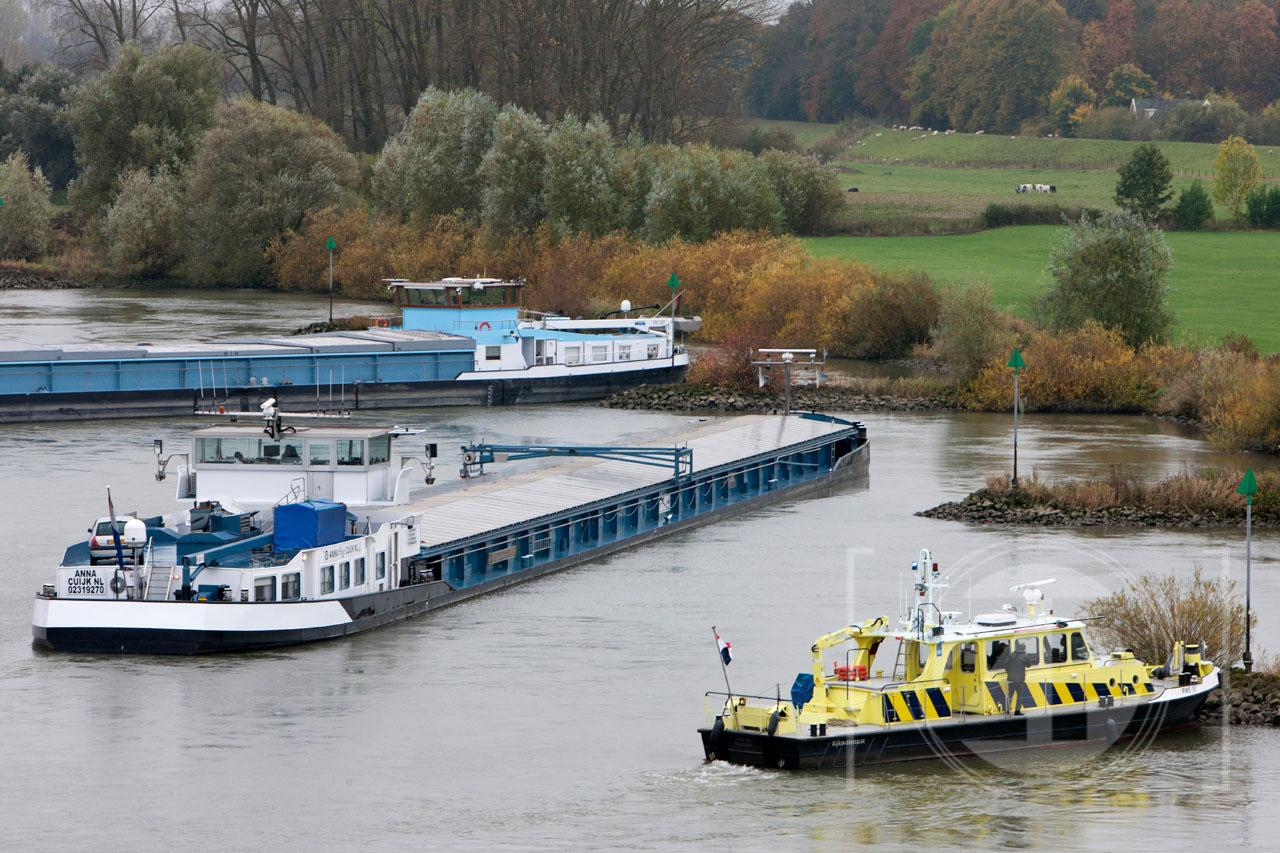 Door een aanvaring tussen twee schepen op de IJssel tussen Bronkhorst en Zutphen, is het scheepvaartverkeer in de rivier donderdagmorgen gestremd. Het gaat om een aanvaring tussen een Nederlands en een Duits schip, ter hoogte van de Nieuwe IJsselbrug. Het Duitse schip is daarbij dwars komen te liggen in de IJssel met de achterkant in een krib.