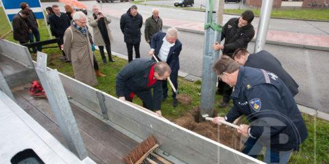 Vier nieuwe batsen stonden maandagmorgen klaar voor wethouder Rik de Lange, parkmanager Jos Addink, Berend Veneberg en Geert de Jong (politie). Gezamenlijk plaatsten zij de laatste paal voor het cameratoezicht op de Zutphense bedrijventerreinen.