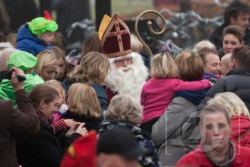 Vanmiddag kwam Sinterklaas veilig aan in Groningen. En in Vorden. Patrick van Gemert was er ook bij. Hij zei dat hij een foto ging maken, maar waarschijnlijk heeft hij meteen zijn verlanglijstje afgegeven aan de Sint. Over een week komt Sinterklaas ook naar Zutphen.