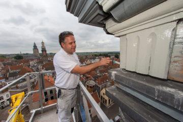 Vandaag is schilder Ronald Doornberg begonnen met de schilderwerkzaamheden aan het beroemde Poortersklokje. Hij werkt vanuit een hoogwerker met prachtig uitzicht over Zutphen. ©2014 Patrick van Gemert