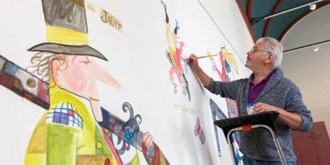 Illustrator Jan Jutte aan het werk in de Refter van het Stedelijk museum Zutphen. Voor de expositie Prenten, Prenten wat een prenten maakt hij een enorme wandschildering. ©2014 Patrick van Gemert