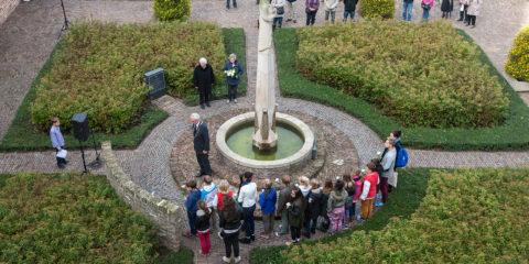 Herdenkingsbijeenkomst bij het Gideon monument op het Broederenkerkplein. Vandaag is het 70 jaar geleden dat de binnenstad van Zutphenwerd gebombardeerd.