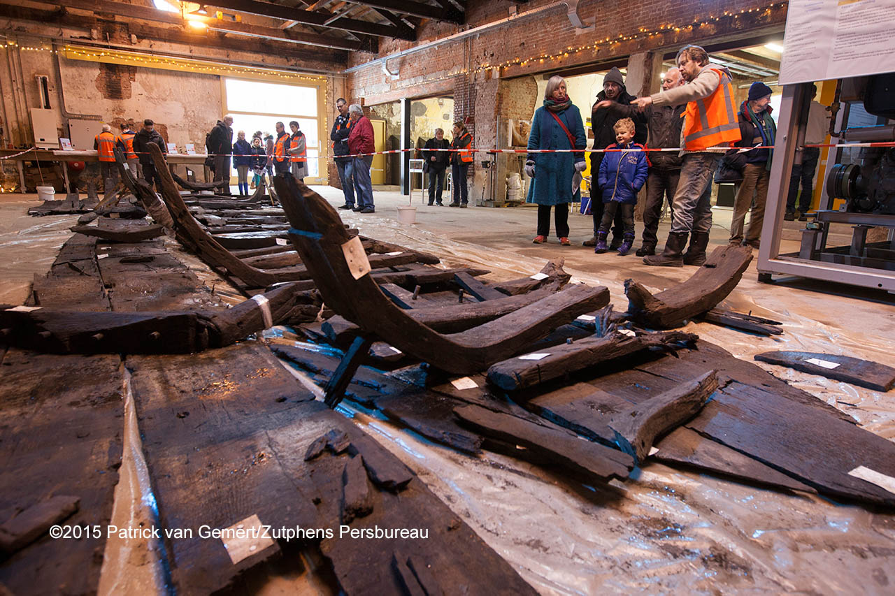 In het Pakhuis Noorderhaven kunnen belangstellenden het tijdens de aanleg van de Marstunnel gevonden scheepswrak bekijken. ©Patrick van Gemert