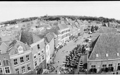 Zutphen gezien vanaf de Wijnhuistoren, de Houtmarkt. Foto is gemaakt met een Horizon 202 camera op Ilford FP4+.