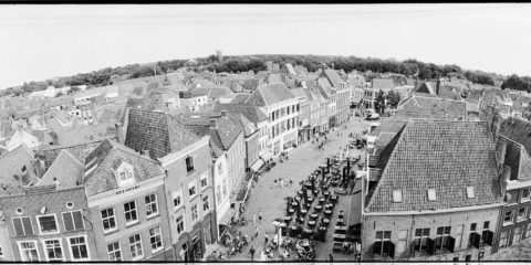 Zutphen gezien vanaf de Wijnhuistoren, de Houtmarkt. Foto is gemaakt met een Horizon202 camera op Ilford FP4+.