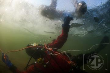 IJspret voor de duikers van Albacare uit Zutphen en Meduse uit Dieren. Een aantal leden van deze verenigingen volgen een specialty IJsduiken van de NOB(Nederlandse Onderwatersport Bond). De omstandigheden voor de duik waren geweldig, mooi helder ijs en een zonnetje. De watertemperatuur was onder het ijs 4 graden. ©2017 Patrick van Gemert/Zutphens Persbureau
