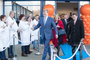 Opening van de nieuwbouw van Qlip in Zutphen. Vertrek Z.M. de Koning na de opening van de nieuwbouw, de medewerkers van Qlip zwaaien hem uit.