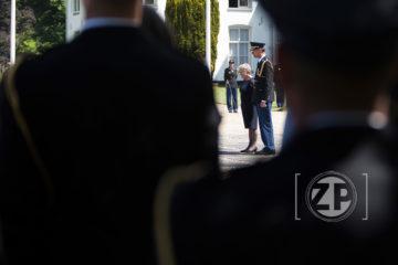 Donderdagmiddag 9 juni vond de elfde herdenking in de Tuin van Bezinning in Warnsveld plaats. In deze jaarlijkse herdenkingsplechtigheid leggen nabestaanden en collega's een krans voor de politiemensen die tijdens hun dienst om het leven zijn gekomen. Korpschef Erik Akerboom staat samen met de weduwe van de in 1977 door een RAF-terrorist vermoorde rechercheur Arie Kranenburg stil bij het monument. ©2106 Patrick van Gemert