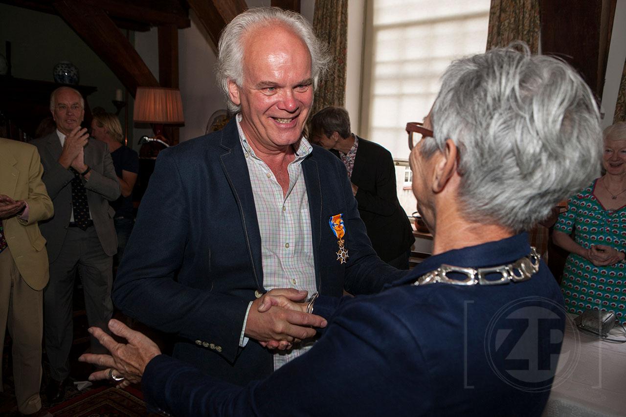 Koninklijke onderscheiding voor Melgert Spaander Melgert Spaander is benoemd tot Officier in de Orde van Oranje-Nassau. Maandag ontving hij de onderscheiding in zijn atelier tijdens zijn 45-jarig jubileum als klokkenrestaurateur uit handen van burgemeester Carry Abbenhues. ©Patrick van Gemert
