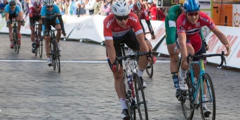 Olympia's Tour in Zutphen, binnenkomst van de renners op de Houtmarkt. ©2016 Patrick van Gemert