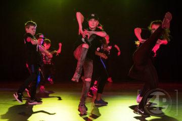 Dance Rhythm in de Hanzehal. Dansgroepen uit de regio zetten hun beste beentje voor tijdens de door WSV georganiseerde show. De dansers van Dans-en theaterschool Mars Bentum in actie.