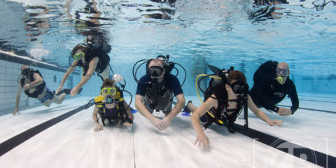 Introductieduik met Duikvereniging Albacare in zwembad IJsselslag. Leren duiken in Nederland. ©2017 Patrick van Gemert/Zutphens Persbureau